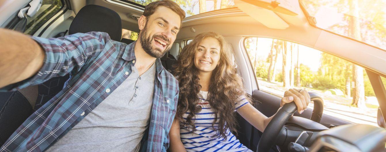 люди путешествуют в автомобиле